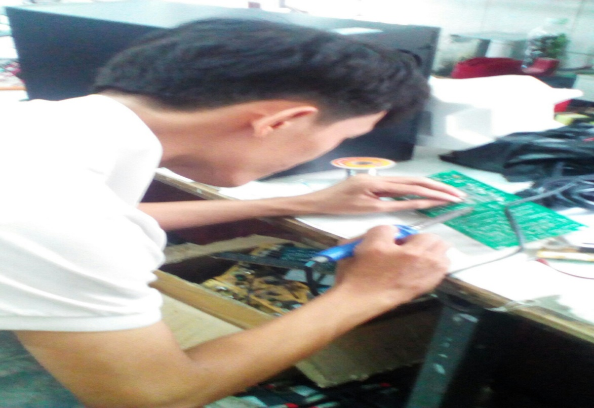 Hình ảnh sinh viên đang tham gia sửa chữa Board Mạch tại doanh nghiệp