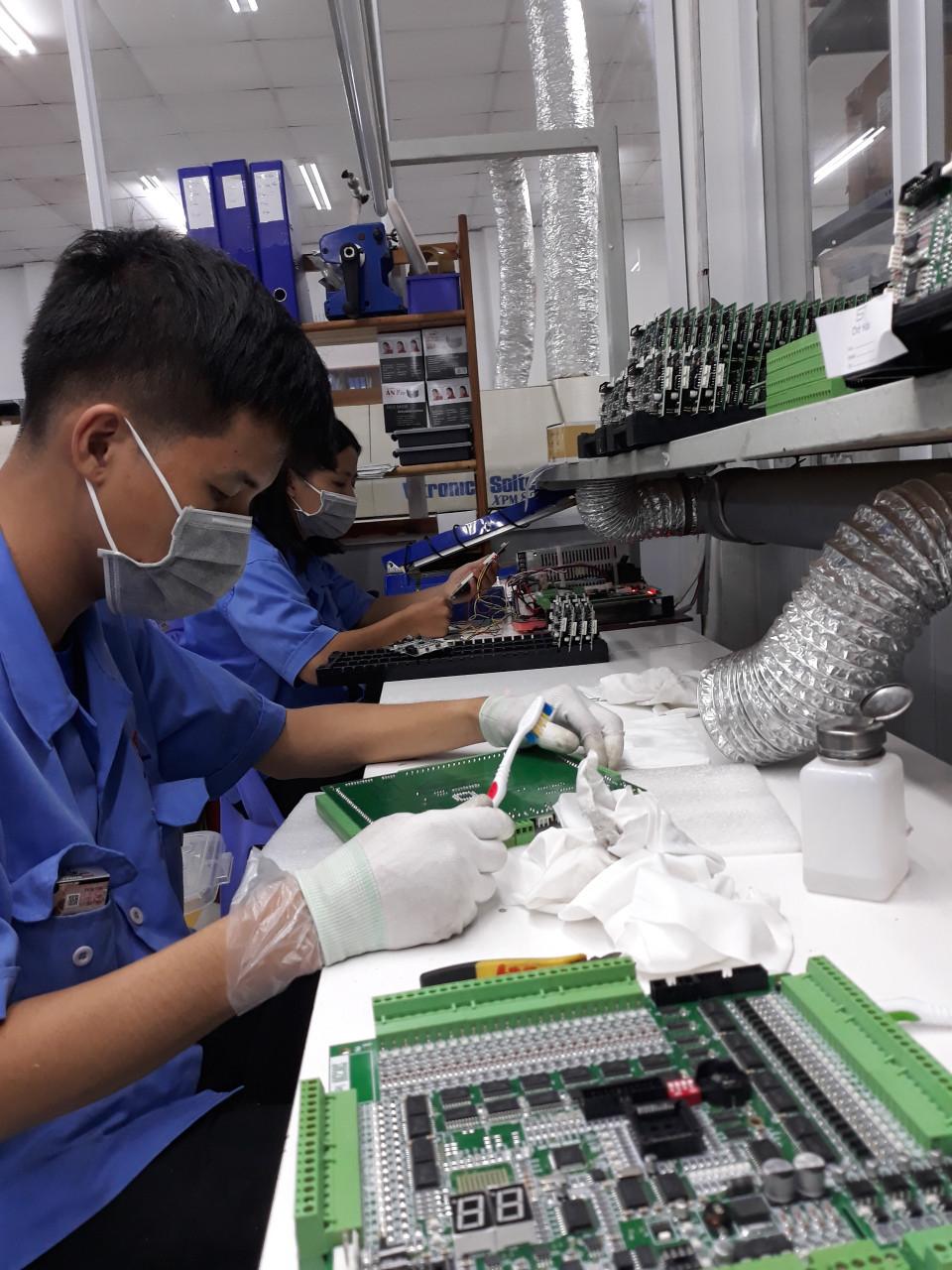 Sinh viên đang tham gia kiểm tra thành phẩm tại doanh nghiệp