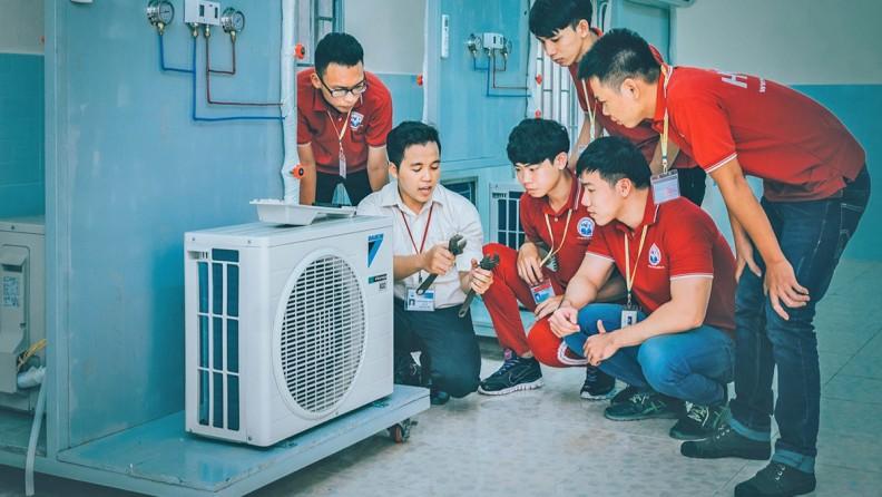 Giảng viên hướng dẫn thao tác tại xưởng lạnh cục bộ