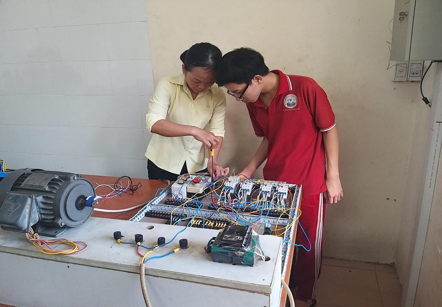 Sinh viên đang học mô dun trang bị điện
